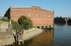 Lagerhaus G am Dessauer Ufer, Hamburg Kleiner Grasbrook; Blick von der Hansabrücke auf das Lagergebäude + den Saalehafen (2005)