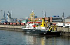 Das Hamburger Forschungsschiff GAUSS hat am Kirchenpauerkai in Norderelbe angelegt. Güterwaggons und Baustoffsilos mit Schüttgut auf der Kaianlage.