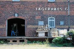 Lagerhaus G am Dessauer Ufer, Hamburg Kleiner Grasbrook; Laderampe mit Holzbalken abgestützt - alte Holzpaletten (2005)