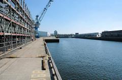 Alte Bilder vom Hamburger Hafen - Hafenbecken Baakenhafen; Blick vom Versmannkai zu Lagerhäusern am Petersenkai. (2005)