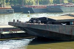 Bug einer Schute / Arbeitsschiff im Travehafen - Hafenbecken im Hamburger Hafen; Stadtteil Hamburg Steinwerder.
