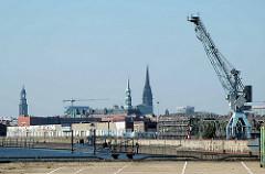 Blick von der Baakenwerder Straße auf den Hamburger Baakenhafen; Hafenkran und U-434 am Versmannkai - Kirchtürme der Hansestadt (2005)