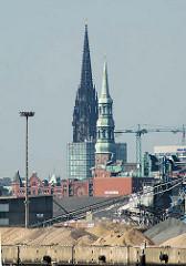 Blick über die Kaianlage vom Kirchenpauerkai zur Hamburger Speicherstadt - Kirchtürme der Katharinenkirche und Nikolaikirche.
