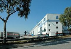 Lagergebäude / Lastwagen am Versmannkai im Hamburger Baakenhafen.