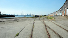 Schienen der Hafenbahn / Güterbahn am Versmannkai, Hamburger Baakenhafen - Lagerschuppen mit Rampe.