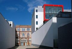 Rückseite am Spielbudenplatz, neues Schmidt-Theater und stehengelassene Fassade vom ehem. St. Pauli Bad.