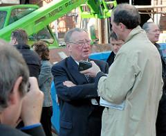 Peter Tamm vor der Baustelle am Kaispeicher B in der Hamburger Hafencity.