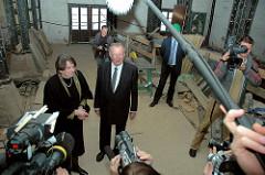 Peter Tamm und die Hamburger Kultursenatorin Karin von Welck auf der Baustelle des Maritimen Museums in der Hafencity.