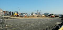 Blick zum Areal vom Sandtorhafen, Grasbrookhafen / Bauvorbereitungen in der Hafencity Hamburgs. (2005)