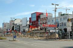 Beginnender Umbau vom Spielbudenplatzes beginnt - mit Bauzaun abgesperrtes Areal, Ausfahrt Parkhaus.