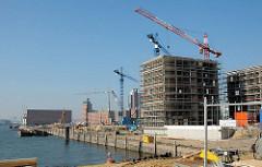 Baubeginn am Dalmannkai in der Hafencity Hamburgs - Wohnhäuser am Dalmannkai / Grasbrookhafen; im Hintergrund der Kaispeicher A.