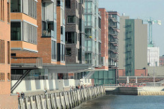 Sandtorkai am Sandtorhafen - Promenade in der Hafencity Hamburgs; Neubauten Wohnhäuser, Bürogebäude - im Hintergrund das Silogebäude der Kaffeelagerei am Brooktorkai. (2005)