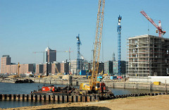 Spundwände werden im Grasbrookhafen eingezogen - Bauarbeiten für die Marco Polo Terrassen - hinter dem Dalmannkai Neubauten am Sandtorkai, Sandtorhafen. (2005)