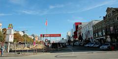 Der Umbau des Spielbudenplatzes beginnt - mit Bauzaun abgesperrtes Areal, Ausfahrt Parkhaus.