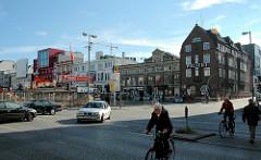 Blick über die Reeperbahn in Hamburg St. Pauli - lks. die Davidswache, daneben das St. Pauli Theater - Baustelle Umbau vom Spielbudenplatz, Bauzaun.
