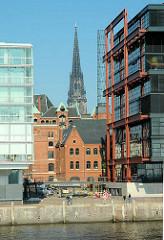 Sandtorkai am Sandtorhafen - Blick zwischen Neubauten der Hafencity zu historischen Lagergebäuden / Kesselhaus der Speicherstadt - Kirchturm der St. Nikolaikirche. (2005)