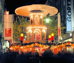 Glühweinstand mit Weihnachtspyramide in der Hamburger Spitaler Straße.