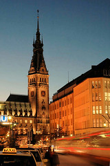 Blaue Stunde zur Adventszeit in der Hamburger Mönckebergstraße.