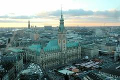 Luftaufnahme vom Hamburger Rathaus mit Weihnachtsmarkt.