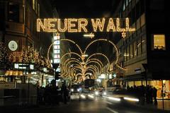 Weihnachtslichter - Schriftzug Neuer Wall - in der Hamburger Innenstadt.