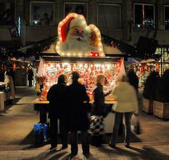 Marktstand mit Lebkuchenherzen auf dem Weihnachtsmarkt in der Hamburger Spitaler Straße.