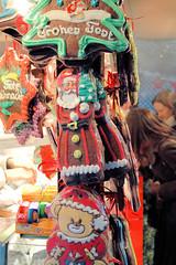 Verkaufsstand mit Gebäck und Lebkuchen auf einem Weihnachtsmarkt in der Hamburger Innenstadt.