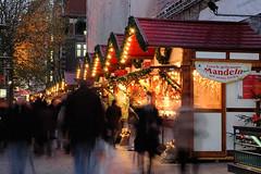 Weihnachtsstand mit frisch gebrannten Mandeln auf dem Weihnachtmarkt an der Hamburger Petrikirche.