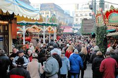 Weihnachtsbuden und MarktbesucherInnen auf dem Weihnachtsmarkt am Hamburger Rathaus.