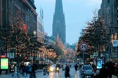 Abendstimmung in der Hamburger Mönckebergstraße, die Bäume sind mit Lichterketten geschmückt.