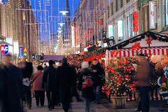 Besucher*innen auf dem Weihnachtsmarkt in der Hamburger Spitaler Straße.