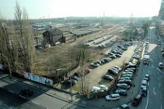 Blick auf die Bahnhofssinsel in Hamburg Harburg - ehem. Güterbahnhof; Reste von Bahnhofsgebäuden; re. der Schellerdamm (2006)