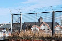 Zollzaun am Ericusgraben in der Hafencity Hamburg - hinter dem Maschendrahtzaun die Deichtorhallen am Oberhafen.