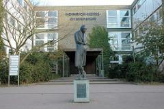 Heinrich Heine Gymnasium in Hamburg Poppenbüttel; seit 2000 trägt die Schule den Namen des Dichters; Vorstufe zur großen Heinefigur des Heinedenkmals auf dem Hamburger Rathausmarkt; geschaffen 1981 von Waldemar Otto. Geschenk der Agnes-Gräfe- Stiftu