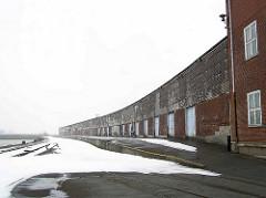Lagergebäude / Hafenschuppen mit Laderampe - Schienen der Hafenbahn im Winter; Versmannkai am Hamburger Baakenhafen. (2006)