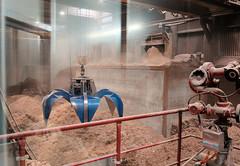 Die Müllverwertungsanlage an der Borsigstrasse in Hamburg Billbrook wurde 1931 in Betrieb genommen und ersetzte die stillgelegte Anlage am Bullerdeich. Gehäckseltes Altholz im Vorratsbunker des Biomasse- Heizkraftwerk in der Borsigstrasse - der Vorr