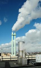 Die Müllverwertungsanlage an der Borsigstrasse in Hamburg Billbrook wurde 1931 in Betrieb genommen und ersetzte die stillgelegte Anlage am Bullerdeich; über den Dächern vom Biomasse-Heizkraftwerk Hamburg. weisse Wolken + Dampf am blauen Himmel.