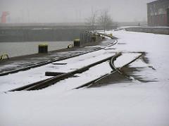 Gleise der Hafenbahn im Schnee, Versmannkai / Baakenhafen in der Hansestadt Hamburg. (2006)