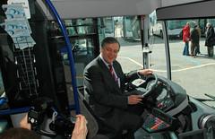 Inbetriebnahme einer Flotte Wasserstoff-Busse in der Hansestadt Hamburg, 2006; Senator für Stadtentwicklung und Umwelt Michael Freiytag für die Presse am Steuer eines Busses.