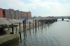 Aufschüttung des Ufers - Vorbereitung der Baustelle der Elbarkaden am Magdeburger Hafen in der Hamburger Hafencity - im Hintergrund die Baakenbrücke.