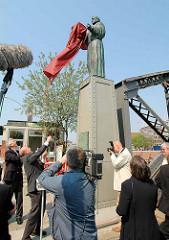 Einweihung der Skulpturen Sankt Ansgar und Friedrich Barbarossa  an der Brooksbrücke. Hamburgs Weihbischof Dr. Hans- Jochen Jaschke enthüllt die Skulptur von St. Ansgar.