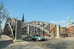 Brooksbrücke über den Zollkanal in Hamburg, im Hintergrund die Spitze vom Kirchturm Sankt Nikolai, re. die Sankt Katharinen Kirche. (2006)