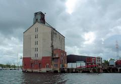 Historische Industriearchitektur im Harburger Binnenhafen / Überwinterungshafen - Hansenspeicher direkt am Wasser ( 2006 )