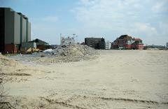Brachfläche, freies Areal - Bauvorbereitung für das Überseequartier in der Hamburger Hafencity; lks. der Kaffespeicher am  Brooktoorkai, im Hintergrund das Gebäude vom Amt für Strom und Hafenbau. ( 2006 )