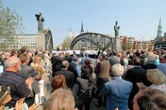 Einweihung der Skulpturen Sankt Ansgar und Friedrich Barbarossa  an der Brooksbrücke in der Hamburger Speicherstadt; Bildhauer Jörg Plickat.