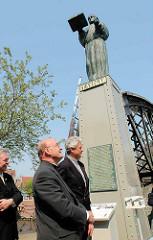 Einweihung der Skulpturen Sankt Ansgar und Friedrich Barbarossa  an der Brooksbrücke. Hamburgs Weihbischof Dr. Hans- Jochen Jaschke + Hauptpastor der Sankt Michaeliskirche - Alexander Röder.