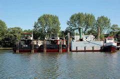 Blick in den Moldauhafen im Hamburger Stadtteil Kleiner Grasbrook - tschechische Schiffe am Dresdener Ufer. Das Hafenbecken Moldauhafen wurde  1887 gebaut - ein 30.000 Quadratmeter großes Gelände wurde aufgrund des nach dem Ersten Weltkrieg 1919 unte