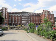 """Straße Hühnerposten in Hamburg Hammerbrook; Gebäude vom Bahnpostamt - ehem. Postverteilungszentrum, erbaut um 1902; aufgestockt 1922 - seit 2000 unter Denkmalschutz; wurde ab 2001 zum sogen. """"Office-Park"""" umgestaltet."""