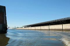 Blick aus dem Hamburger Moldauhafen Richtung Norderelbe - re. Hochwasserschutzwand am Übersee-Zentrum. Das Hafenbecken Moldauhafen wurde  1887 gebaut - ein 30.000 Quadratmeter großes Gelände wurde aufgrund des nach dem Ersten Weltkrieg 1919 unterzeic