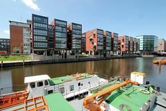 Fotos aus dem Hamburger Stadtteil Neustadt, Bezirk Hamburg Mitte; Arbeitsschiffe im Alsterfleet - Neubauten am Fleetufer / Admiralitätsstraße (2006).