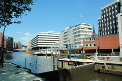Fotos aus dem Hamburger Stadtteil Neustadt, Bezirk Hamburg Mitte; Blick über das Alsterfleet / Schaartorschleuse zum Parkhaus / Bürogebäude an der Herrlichkeit (2006)